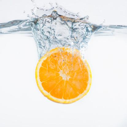 Water「Orange splashing into water, studio shot」:スマホ壁紙(1)