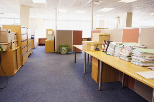 Fluorescent Light「Walkway through empty partitioned office」:スマホ壁紙(13)