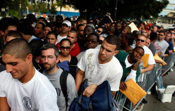 Joe Raedle「Over 1000 Line Up For Miami Firefighter Jobs」:写真・画像(13)[壁紙.com]