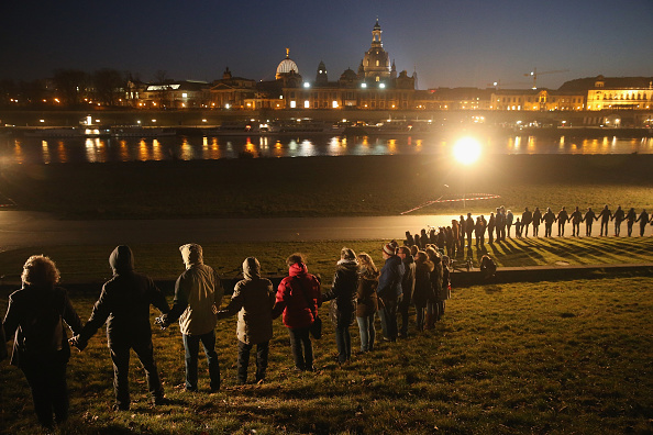 People In A Row「Dresden Commemorates World War II Firebombing 70th Anniversary」:写真・画像(11)[壁紙.com]