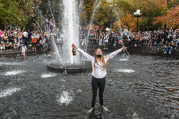 Washington Square Park「Supporters Of Joe Biden Celebrate Across The Country, After Major Networks Project Him Winning The Presidency」:写真・画像(14)[壁紙.com]