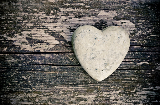 Married「A stone in the shape of a heart on a wooden surface」:スマホ壁紙(16)