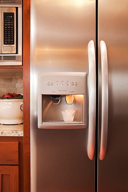 Kitchen refridgerator and microwave.:スマホ壁紙(壁紙.com)