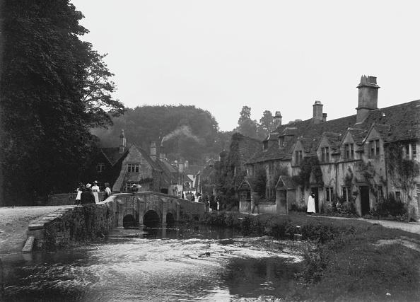 1908年「People On Bridge Castle Combe」:写真・画像(14)[壁紙.com]