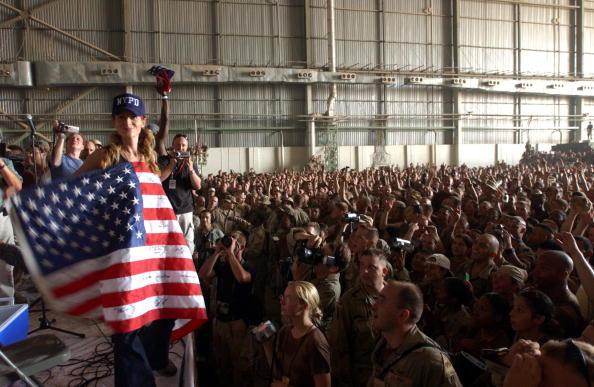Marco Di Lauro「Celebrities Entertain Troops In Baghdad」:写真・画像(8)[壁紙.com]