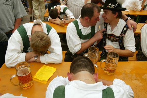 Oktoberfest「Revelers party hard at Oktoberfest」:写真・画像(19)[壁紙.com]