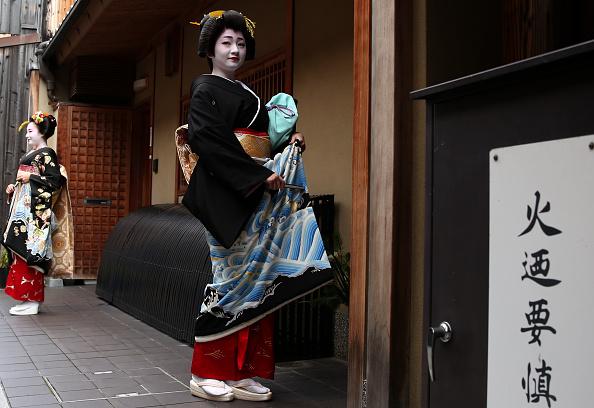 祇園甲部歌舞練場「Geiko And Maiko Celebrate New Year」:写真・画像(14)[壁紙.com]