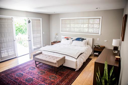 Duvet「Empty Luxury Master Bedroom with Balcony」:スマホ壁紙(6)