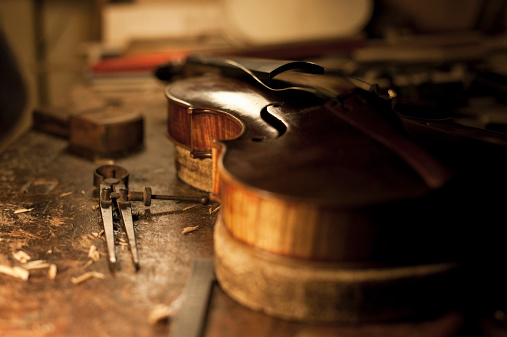 Violin「violin on worktable for restoration」:スマホ壁紙(5)