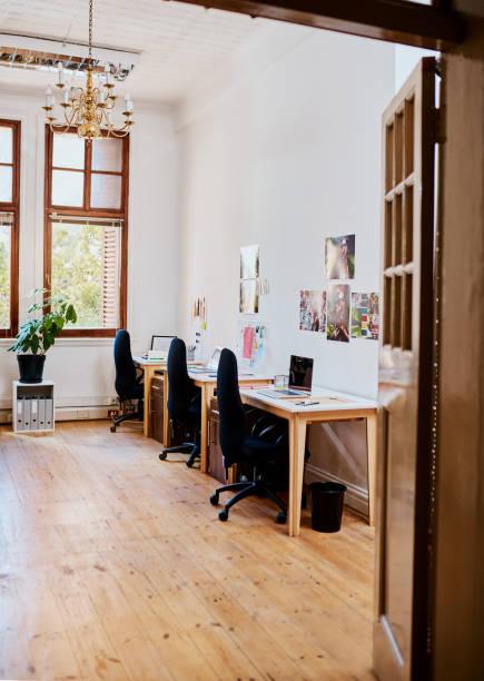 An office designed to inspire productivity:スマホ壁紙(壁紙.com)