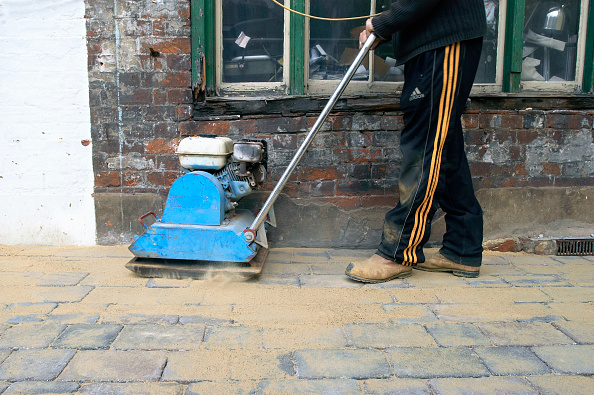Paving Stone「Compactor machine used to levelling cobbled paving stones.」:写真・画像(8)[壁紙.com]