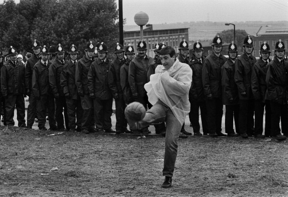 Tom Stoddart Archive「Football and Police Line」:写真・画像(17)[壁紙.com]