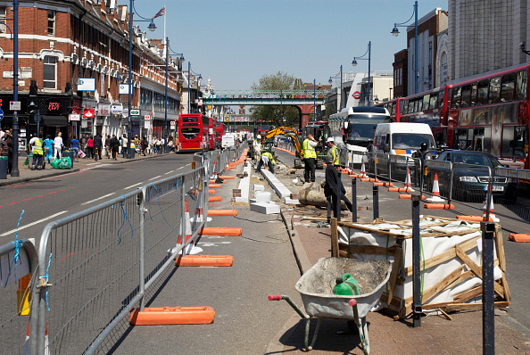 Road Marking「Repairing the central reservation area of Brixton Road, South London, UK」:写真・画像(1)[壁紙.com]