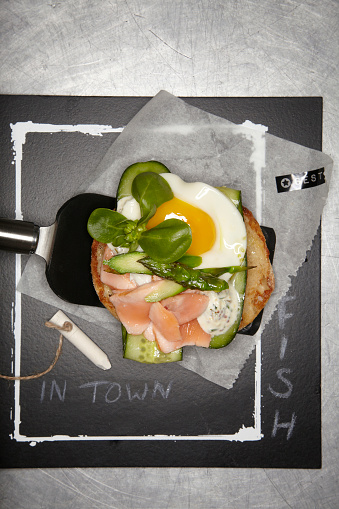 Burger「Pulled salmon burger with fried egg, cucumber and asparagus」:スマホ壁紙(16)