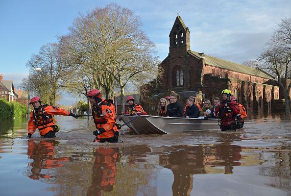 Jeff J Mitchell「Major Incident Declared As Storm Desmond Wreaks Havoc In Cumbria」:写真・画像(9)[壁紙.com]