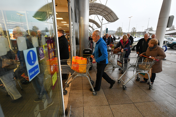 Sainsburys「Supermarkets Enforce Rules To Stop 'Panic Buying,' And Help Elderly」:写真・画像(2)[壁紙.com]