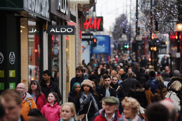 英国 ロンドン「Consumers In The Christmas Eve Retail Rush」:写真・画像(2)[壁紙.com]