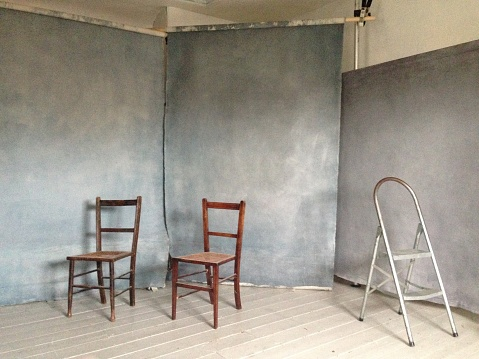 Photo Shoot「Canvas backdrops and chairs in photographer's studio」:スマホ壁紙(15)
