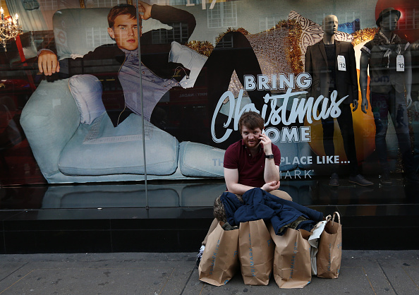 Men「Shoppers On Oxford Street On The Last Saturday Before Christmas」:写真・画像(14)[壁紙.com]
