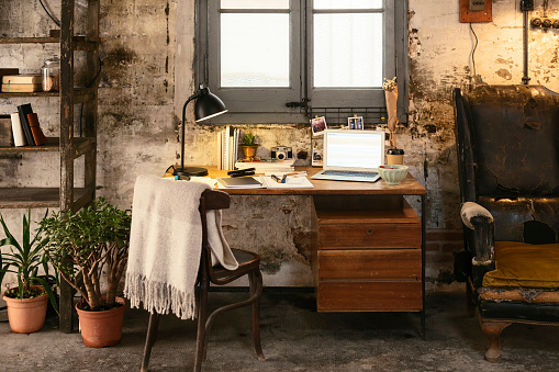 Old-fashioned「Old desk with laptop in a loft」:スマホ壁紙(4)