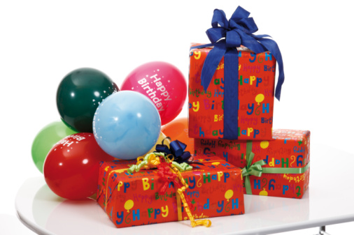 Birthday Present「Gift parcels and balloons on table」:スマホ壁紙(12)
