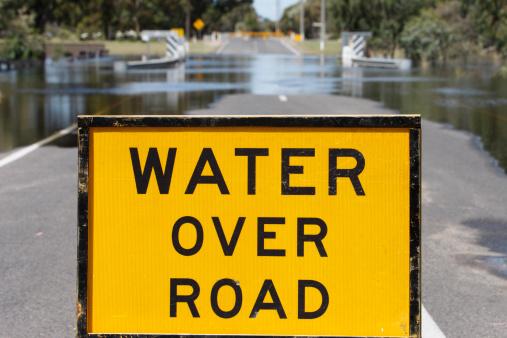 "Boulevard「Yellow ""Water Over Road"" sign blocks flooded street」:スマホ壁紙(0)"