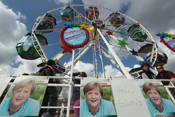 Amusement Park Ride「Merkel Visits Local Fest In Stralsund」:写真・画像(11)[壁紙.com]