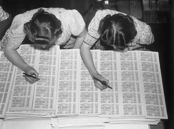女性「Checking Tickets」:写真・画像(7)[壁紙.com]