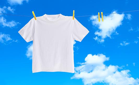 Hanging「White tee shirt on washing line」:スマホ壁紙(15)
