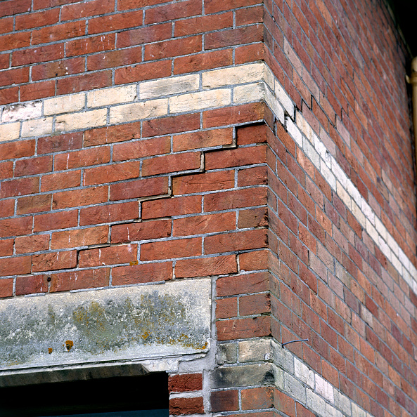 Brick Wall「Derelict property with subsidence problem」:写真・画像(1)[壁紙.com]