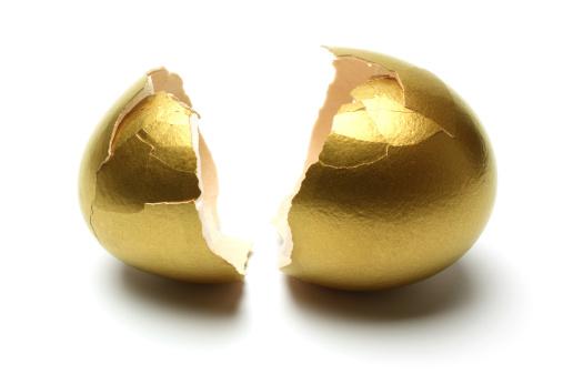 イースター「クラックた白い背景の上に金の卵」:スマホ壁紙(16)
