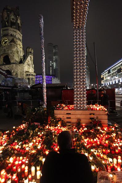 2016 Berlin Christmas Market Attack「Lorry Truck Drives Through Christmas Market In Berlin」:写真・画像(7)[壁紙.com]