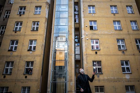 Creativity「Acrobats Entertain Prague Residents Quarantined Due To Coronavirus」:写真・画像(4)[壁紙.com]