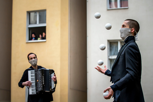 Creativity「Acrobats Entertain Prague Residents Quarantined Due To Coronavirus」:写真・画像(8)[壁紙.com]