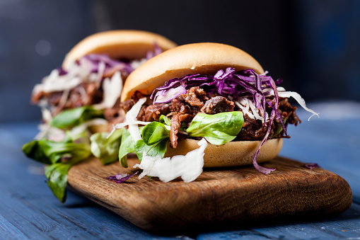 Fast Food「Vegan jackfruit jurger with red cabbage, white cabbage, lamb's lettuce」:スマホ壁紙(18)