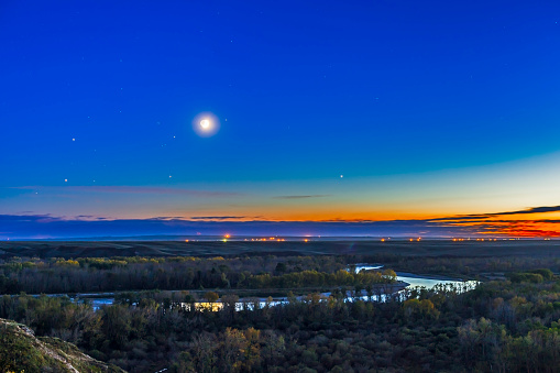 満ちていく月「Moon with Antares, Mars and Saturn over Bow River in Alberta, Canada.」:スマホ壁紙(16)