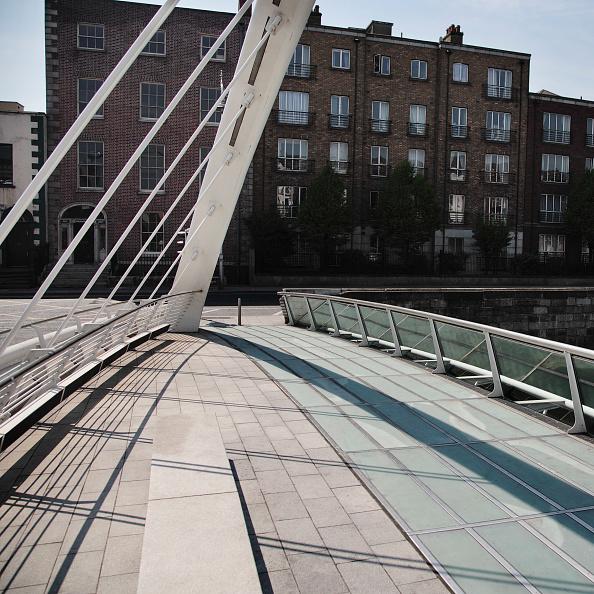 アイルランド リフィー川「James Joyce Bridge crossing River Liffey, Dublin, Ireland 2008 Designed by Santiago Calatrava, this footbridge was opened in 2004」:写真・画像(12)[壁紙.com]