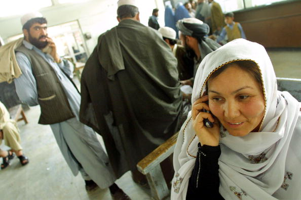 Kabul「Afghan Woman Makes Her First Call On A Mobile Phone April 23 2002 In Kabul Afghanist」:写真・画像(9)[壁紙.com]