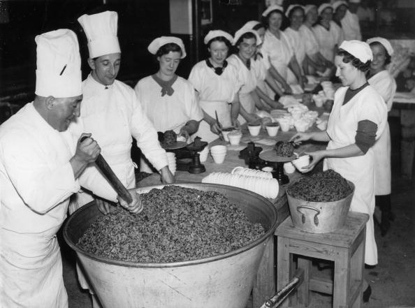 """Food And Drink Industry「In this factory in London every day nearly five tons of Christmas Pudding"""" are produced. Photograph. November 3rd 1937.」:写真・画像(5)[壁紙.com]"""