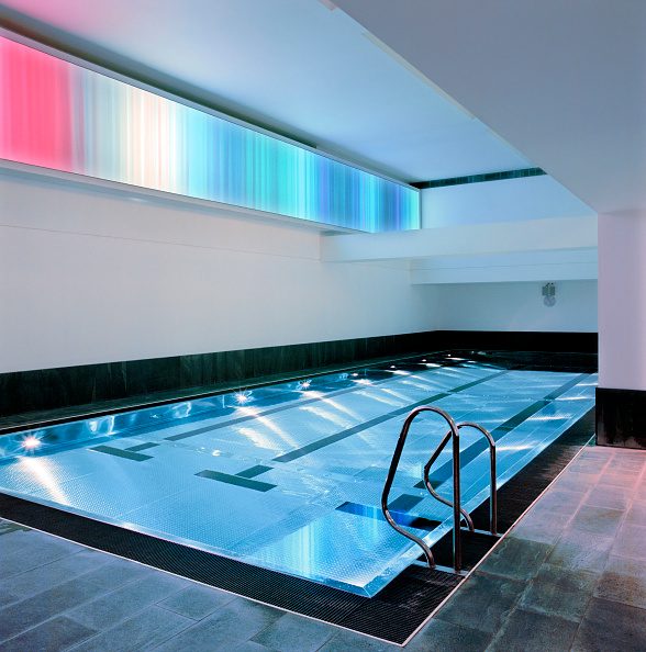 Shallow「New swimming pool fitted with stainless steel grid. This new design concept avoids mosaic material which requires more maintenance than steel」:写真・画像(8)[壁紙.com]