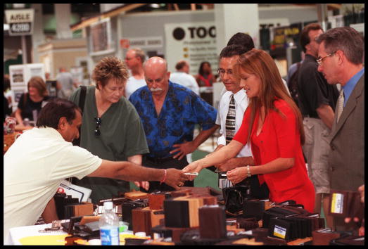 Wallet「Jane Seymour Shopping In Anaheim」:写真・画像(0)[壁紙.com]