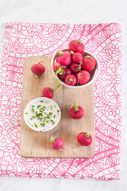 Bowl of red radishes and bowl of sour cream dip:スマホ壁紙(壁紙.com)