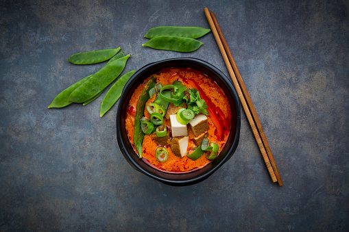 Thai Food「Bowl of red Thai Curry with snow peas, carrots, bell pepper, spring onions and smoked tofu」:スマホ壁紙(6)