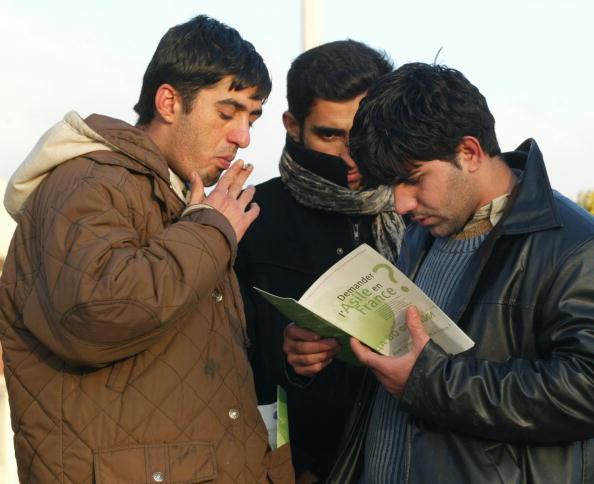 Sangatte「Refugees Receive Aid From Sangatte Refugee Camp」:写真・画像(6)[壁紙.com]