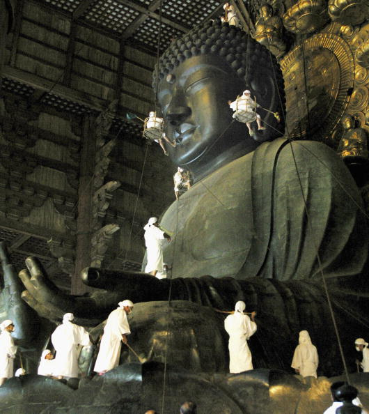 東大寺「Buddha at Todaiji Temple Is Cleaned Ahead Of Festival」:写真・画像(3)[壁紙.com]