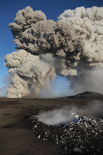 Erupting「May 10, 2010 - Eyjafjallajkull eruption, steaming lava bomb impact crater, Iceland.」:スマホ壁紙(15)