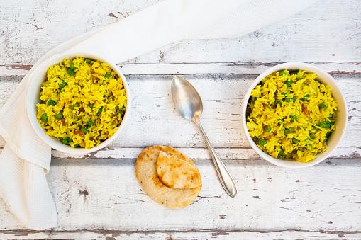 Basmati Rice「Two bowls of pilau rice with green peas, raisins and turmeric」:スマホ壁紙(2)