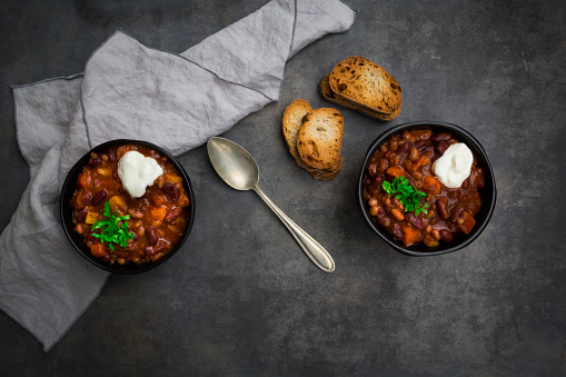 Chili Con Carne「Two bowls of Chili con Carne with fresh coriander and sour cream」:スマホ壁紙(8)