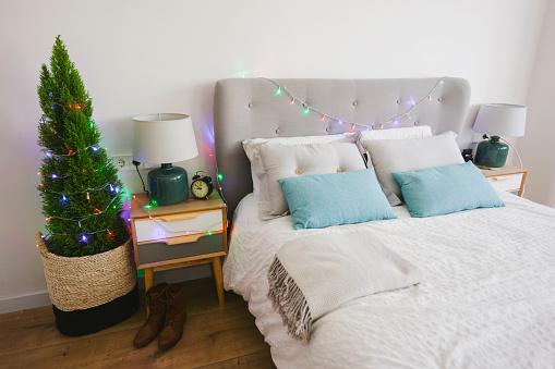 毛布「Sleeping room at Christmas time decorated with fairy lights」:スマホ壁紙(18)