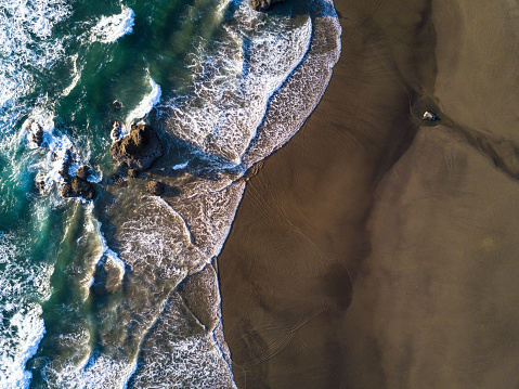 Cannon Beach「Top Down Aerial Shot of Waves Crashing on Beach in Oregon」:スマホ壁紙(7)